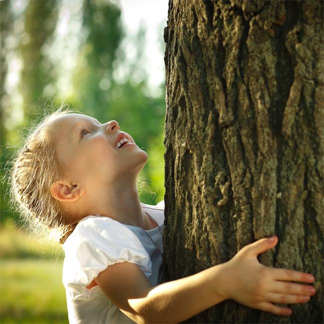 C-CLOCK Charity Mädchen am Baum