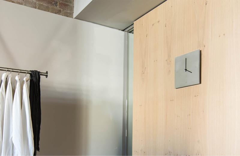 C-CLOCK Beton Wanduhr auf Holz im Schlafzimmer